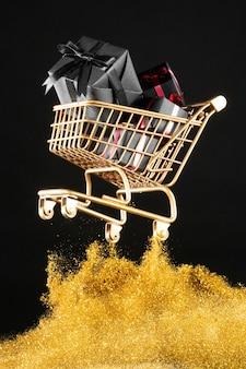 Regalos en carrito de compras dorado con purpurina dorada