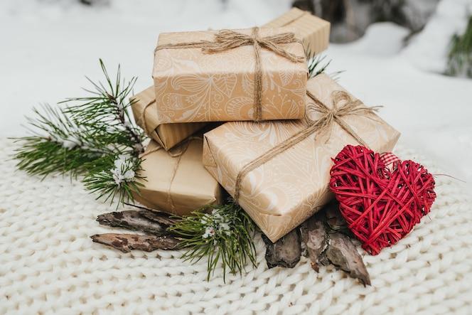 Regalos de san valentín, cajas de regalos de corazón rojo romántico vintage, ramas de los árboles