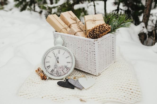 Regalos de san valentín cajas de regalos presentes amontonadas en una canasta de mimbre blanca