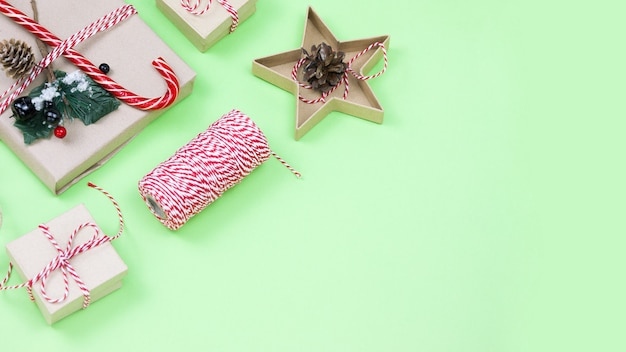 Regalos de embalaje ecológico de navidad en verde, concepto de vacaciones de navidad ecológica, decoración ecológica con espacio de copia. regalo con caramelo y abeto, cajas de papel y juguete de árbol de madera.
