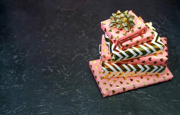 Regalos envueltos en rosa y oro