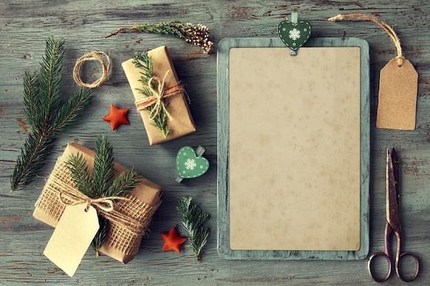 Regalos hechos a mano en mesa de madera rústica con adornos navideños.