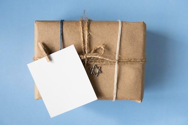 Regalos laicos planos y tarjeta de felicitación feliz hanukkah