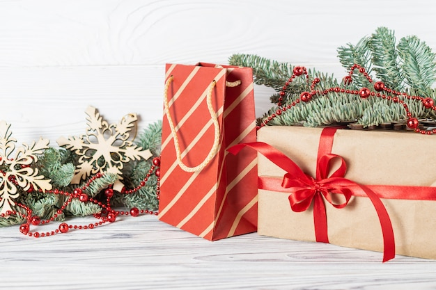 Regalos de navidad con adornos, ramas de abeto y cuentas rojas.