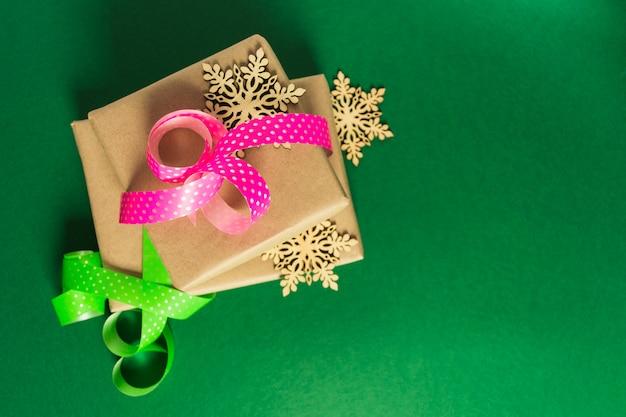 Regalos de navidad y año nuevo listos para empacar sobre fondo verde