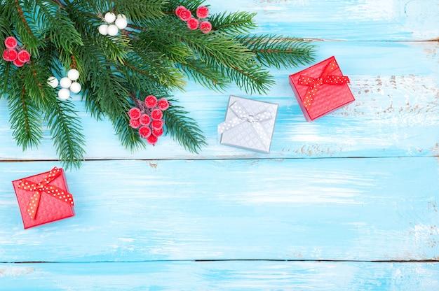 Regalos de navidad y árbol de navidad sobre fondo de madera
