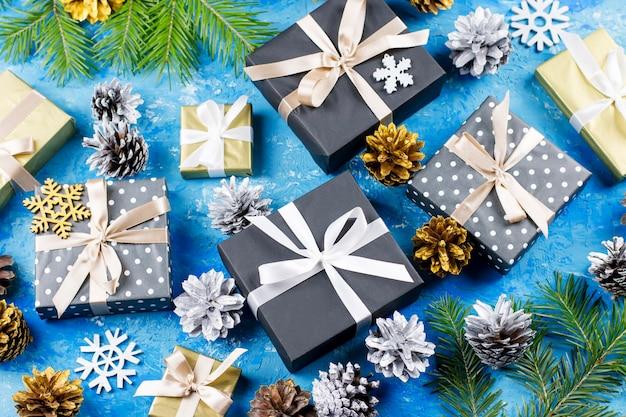 Regalos de navidad en azul con adornos.