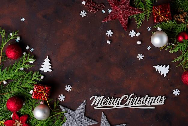 Regalos de navidad en cajas rojas en mesa de madera blanca.