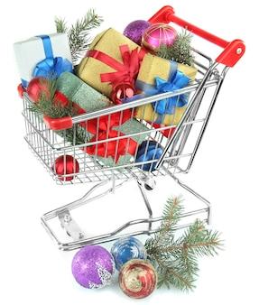 Regalos de navidad en carrito de la compra, aislado en blanco