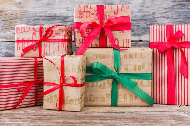 Regalos de navidad con cinta roja y verde sobre fondo de madera. copia espacio