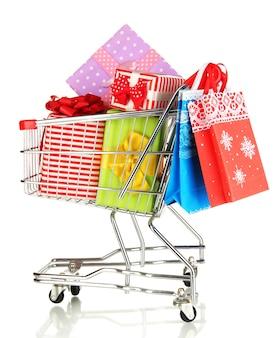 Regalos de navidad y compras en carro aislado en blanco