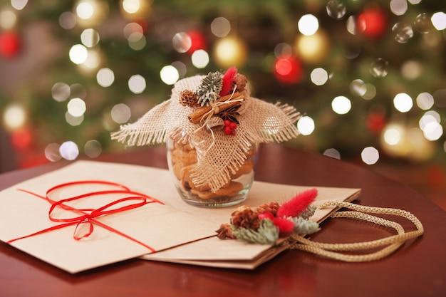 Regalos de navidad y decoración de cerca