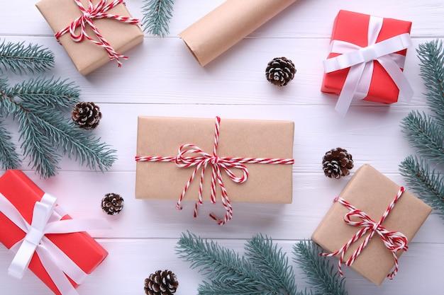Regalos de navidad con decoraciones sobre un fondo blanco.