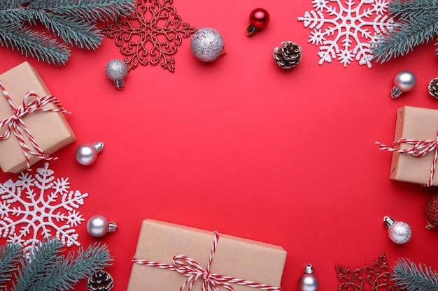 Regalos de navidad con decoraciones sobre un fondo rojo.