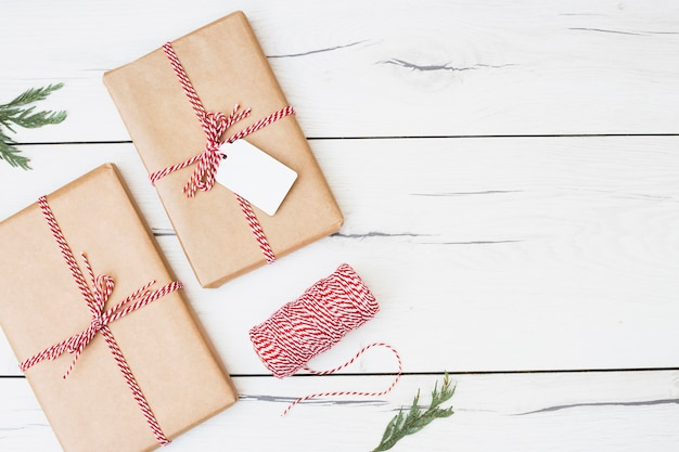 Regalos de navidad envueltos con cinta de rayas.
