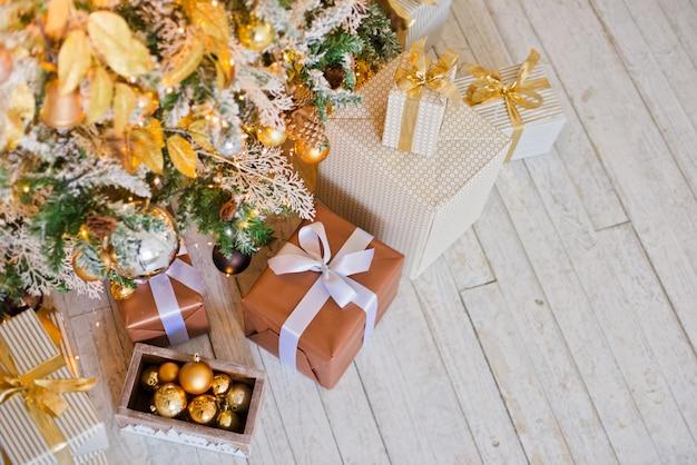 Los regalos de navidad están debajo del árbol