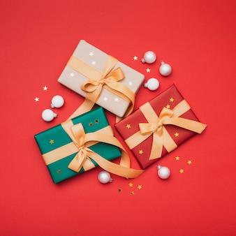 Regalos de navidad con estrellas doradas y globos