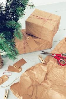 Regalos de navidad, etiquetas de papel y árbol de navidad.