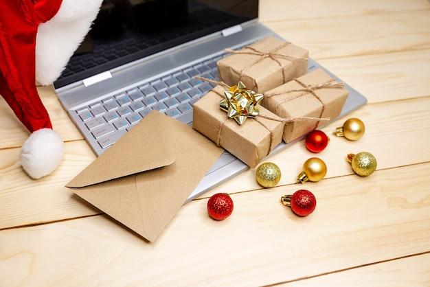 Regalos de navidad. gran venta en vacaciones de invierno. usando tarjeta de crédito para comprar en internet. promociones de rebajas y descuentos durante las vacaciones de navidad