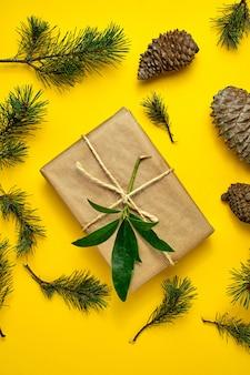 Regalos de navidad hechos a mano con papel artesanal y atados con una cuerda.