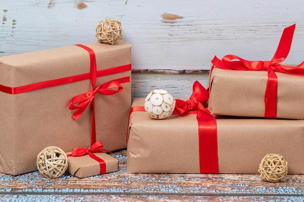 Regalos de navidad y luces en el piso de madera