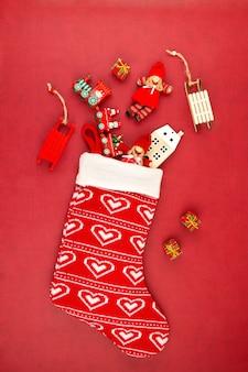 Regalos de navidad en medias rojas. invitación, celebración de navidad, tarjeta de felicitación festiva