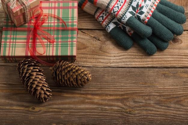 Regalos de navidad en la mesa de madera vieja