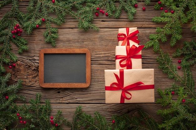 Regalos de navidad en una mesa con maqueta