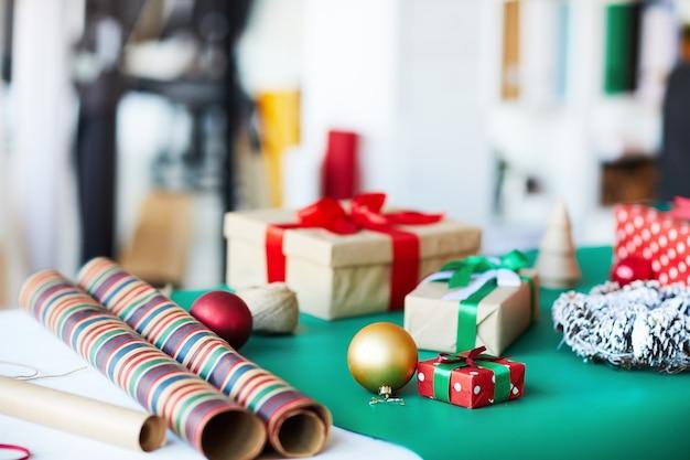 Regalos para navidad en mesa