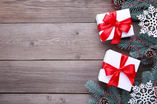 Regalos de navidad presenta con decoraciones sobre un fondo gris.