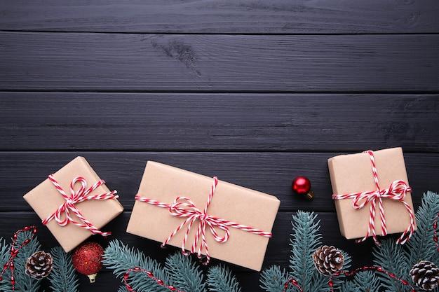 Regalos de navidad presenta con decoraciones sobre un fondo negro.