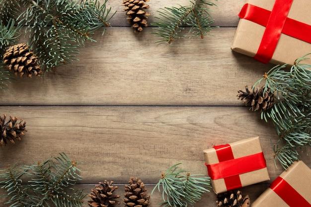 Regalos de navidad y ramas de pino con espacio de copia