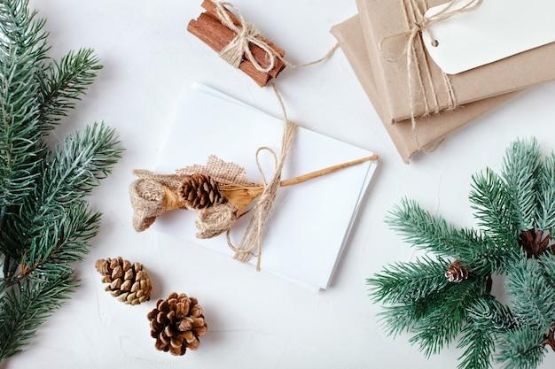 Regalos de navidad sobre fondo claro fondo de navidad
