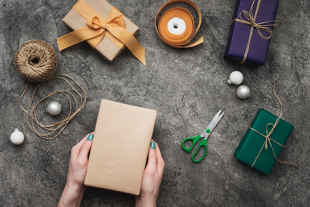 Regalos para navidad sobre fondo con textura y tijeras
