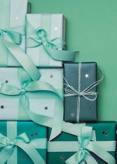 Regalos de navidad sobre fondo verde y cinta