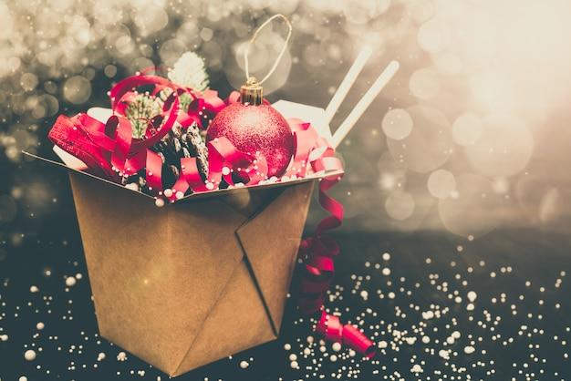 Regalos navideños en cajas de embalaje de papel wok. para las comidas rápidas asiáticas.