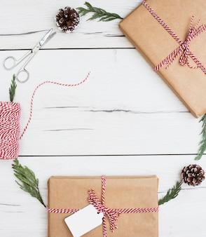 Regalos navideños y decoraciones en composición marco.