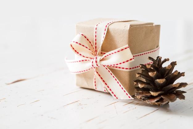 Regalos navideños en envoltura rústica.