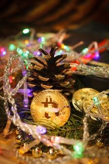 Regalos navideños de guirnaldas de bitcoin y ramas de abeto.