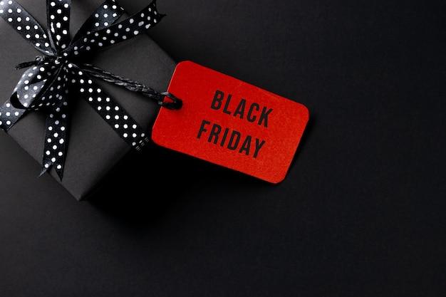 Regalos negros y etiqueta roja sobre negro
