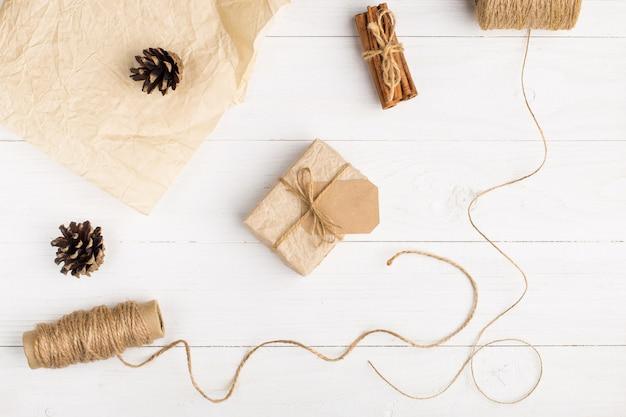 Regalos de papel artesanal sobre una mesa blanca