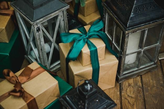 Regalos y regalos bajo el arbol de navidad