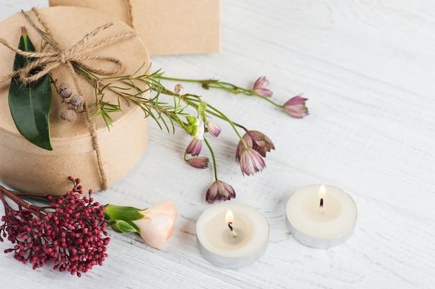 Regalos y velas encendidas, flor