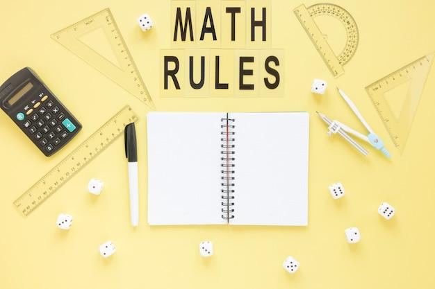 Reglas de matemáticas con números y calculadora.