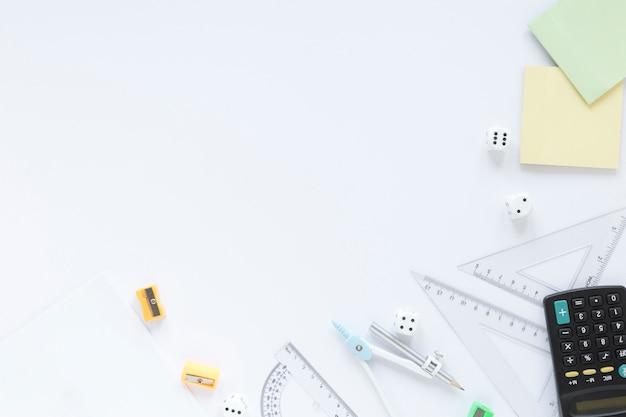 Reglas matemáticas proporciona espacio de copia con artículos de papelería