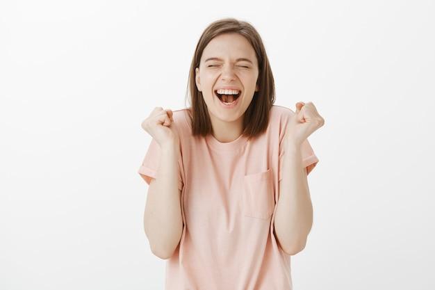 Regocijándose mujer feliz triunfando, logrando el éxito y celebrando, ganando premio