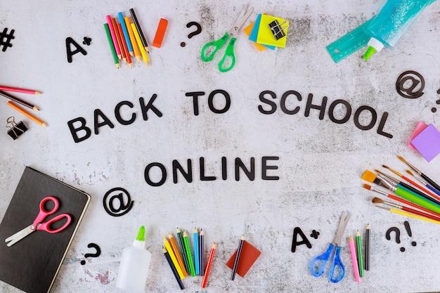 Regrese a la escuela en línea con útiles escolares para estudiantes.