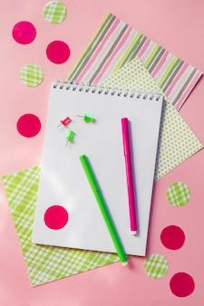 Regreso a la escuela, lápices de escritorio, cuadernos con rotuladores para el trabajo en la escuela en rosa
