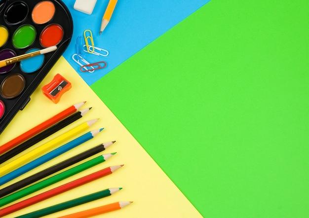 Regreso a la escuela sobre fondo de papel de colores