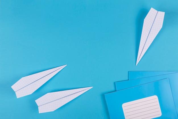 Regreso a la escuela, sueños, escolarización, aviones, fondo minimalista, plano, copia espacio, lema, pancarta, cuadernos, cuadernos escolares, relojes, útiles escolares